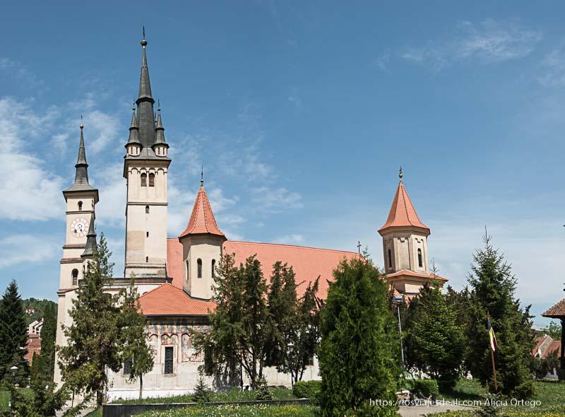 iglesia de San Nicolás de Brasov con cuatro torres