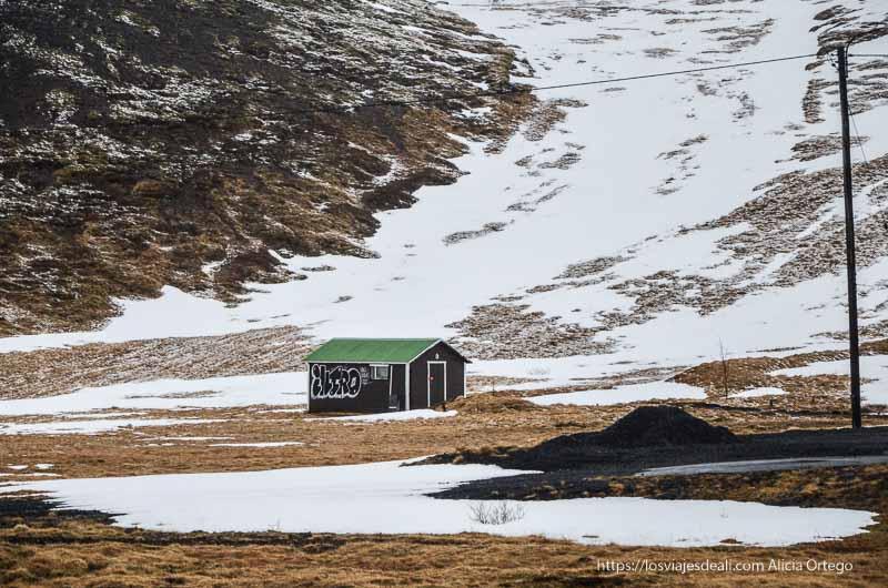 campo seminevado en islandia