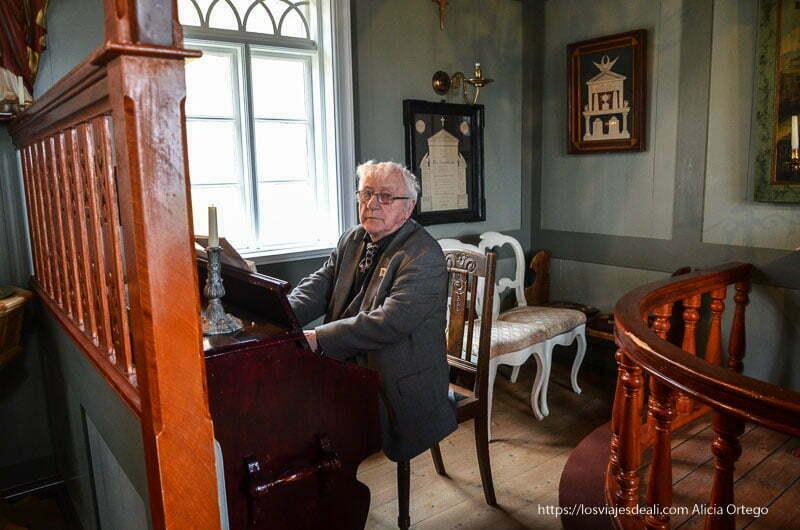 señor thomasson tocando el piano en la iglesia antigua