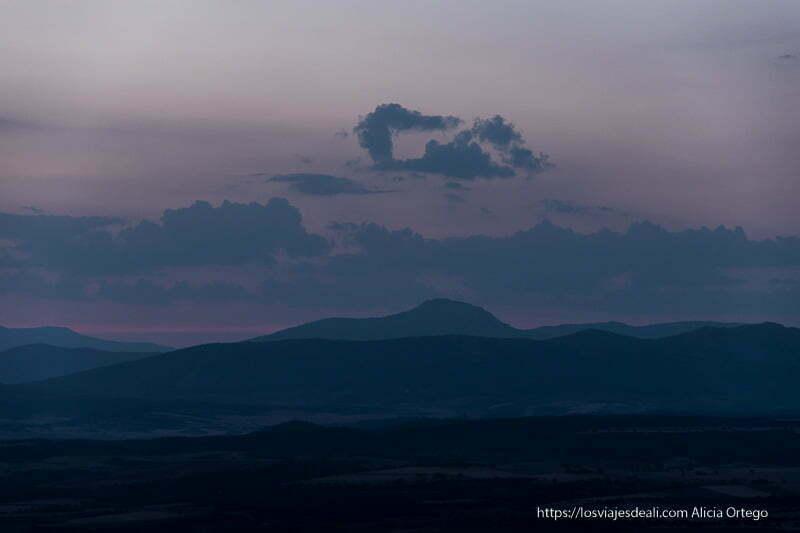 pico ocejón al anochecer con nubes sobre la cumbre por fin vacaciones