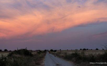 atardecer en el campo con gran nube roja atravesando el cielo por fin vacaciones