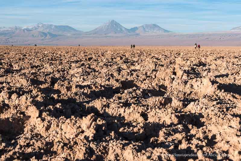 laguna tebenquiche con las formaciones de sal y arena en primer plano