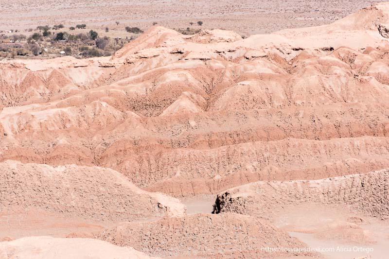 formaciones de sal y arena en el valle de la luna con colores naranjas primeras impresiones de chile