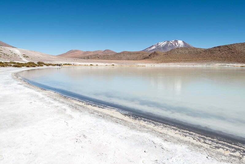 orilla blanca por la sal de la laguna Honda con el agua de color azul claro