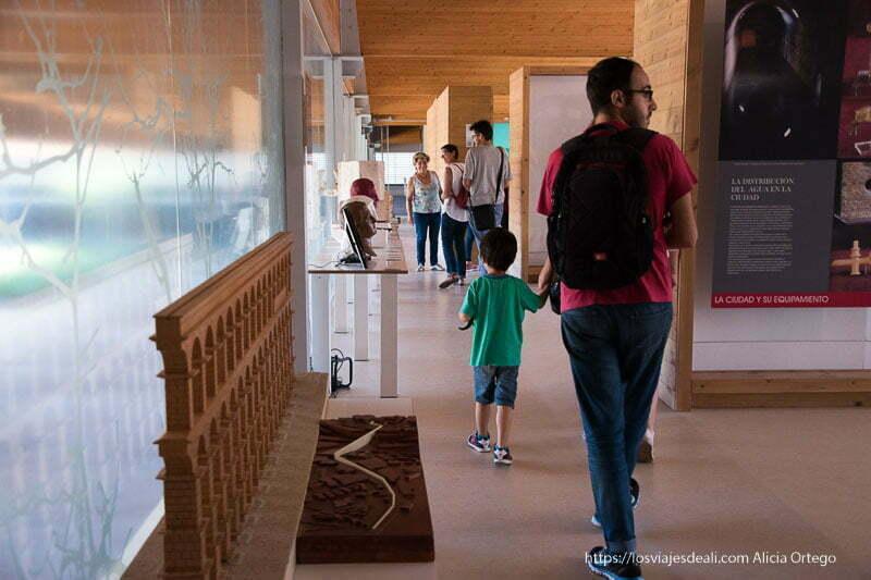 museo casa romana la dehesa con maquetas de un acueducto y bustos soria romana