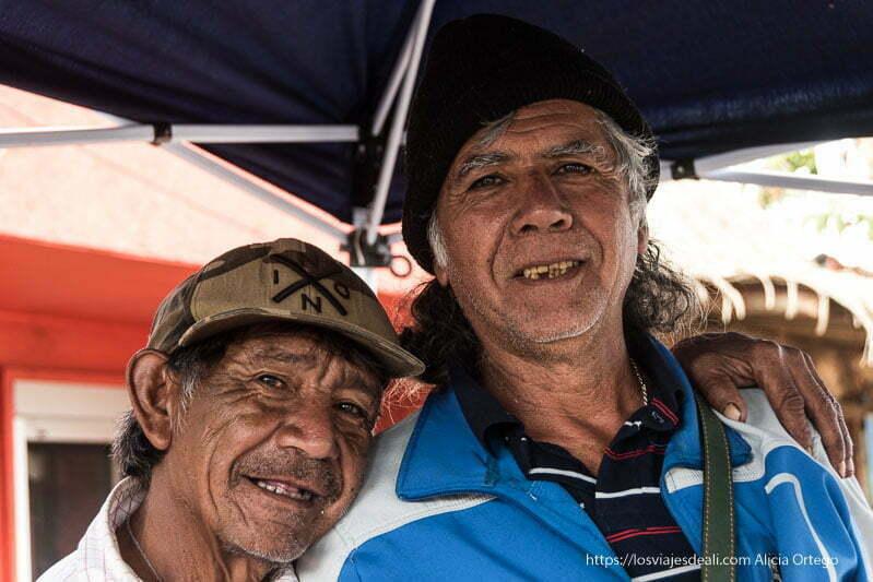 dos pescadores de isla de pascua mirando a la cámara sonrientes gentes de américa