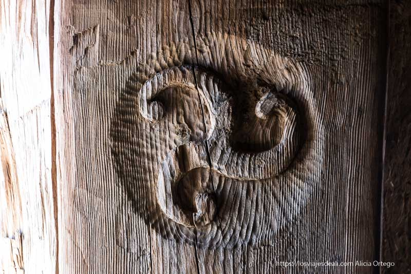 símbolo solar parecido a esvástica de los celtíberos en numancia soria romana