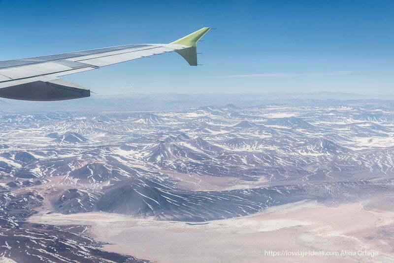 paisaje de montañas y desierto desde el vuelo a Calama organizar tu viaje a Chile