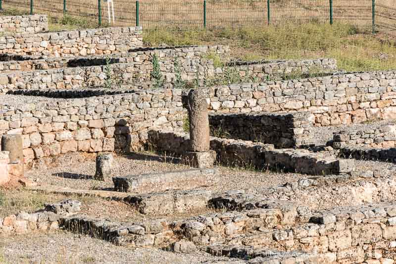 muretes y columna en la casa romana de Uxama