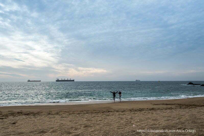 playa de viña del mar al atardecer con dos chicas postureando en la orilla