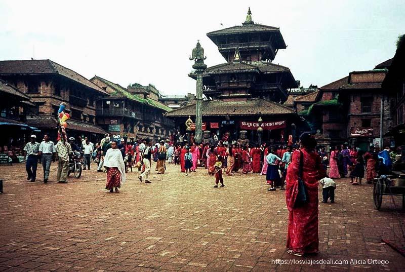 festival de shiva con mujeres vestidas de rojo en baktapur
