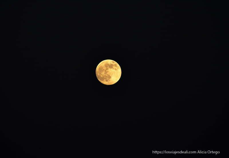 luna llena de color anaranjado