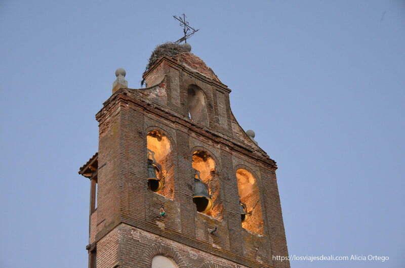 torre de la iglesia de Etreros con tres campanas y nido de cigüeña