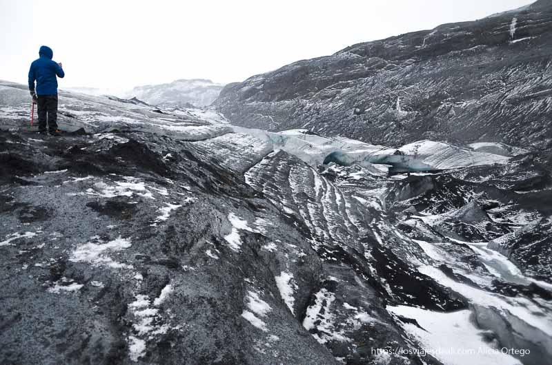 un hombre haciendo fotos en el glaciar cultura islandesa