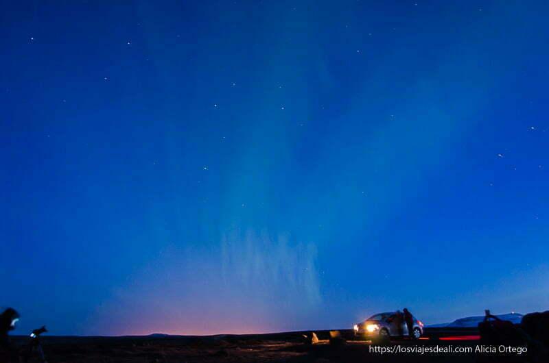 fotografiando auroras boreales en islandia con coche con luces encendidas