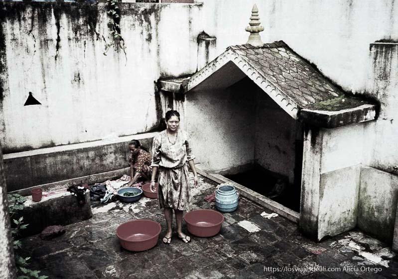 mujeres lavando ropa en katmandu