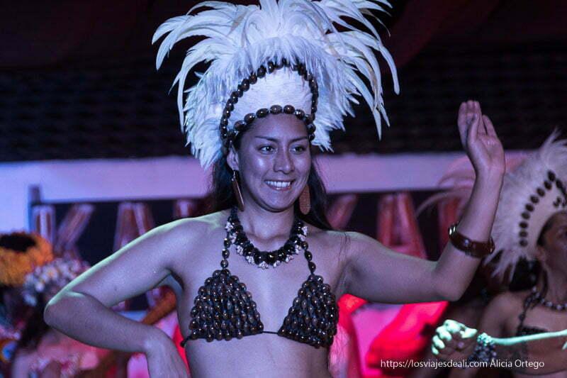 bailarina rapa nui en espectáculo de isla de pascua Organizar tu viaje a Chile