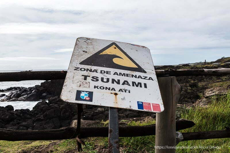 cartel de zona de amenaza de Tsunami en Isla de Pascua Organizar tu viaje a Chile