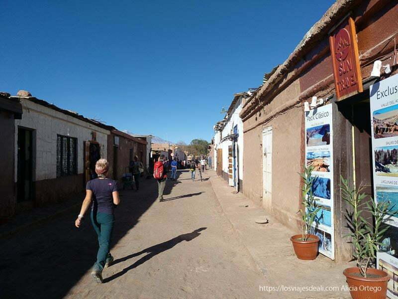 calle caracoles de san pedro llena de agencias y turistas Organizar tu viaje a Chile
