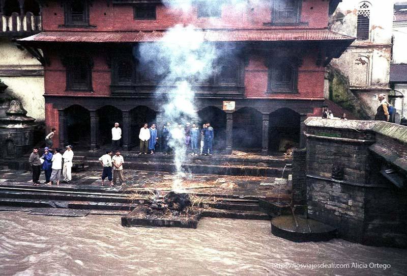 cremación de un difunto en pasupatinah nepal