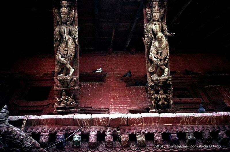 templo con estatuas de madera antiguas de diosas danzando nepal