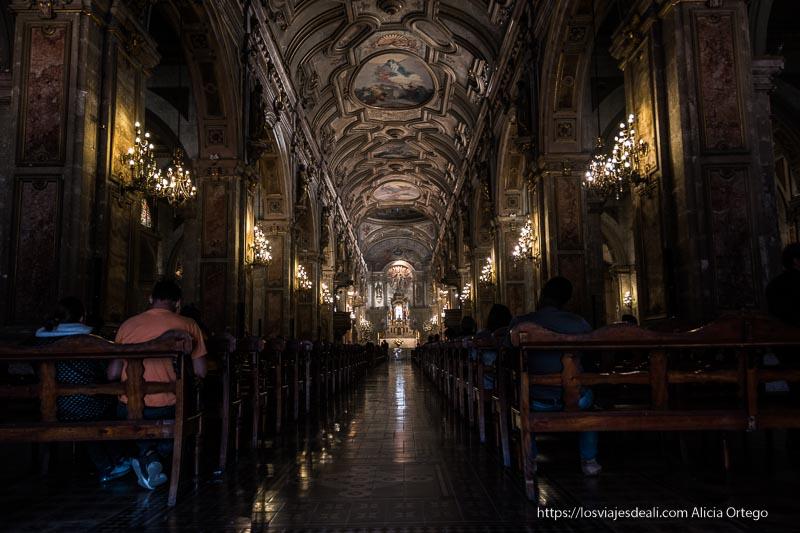 nave central de la catedral de santiago de chile con techo barroco pintado