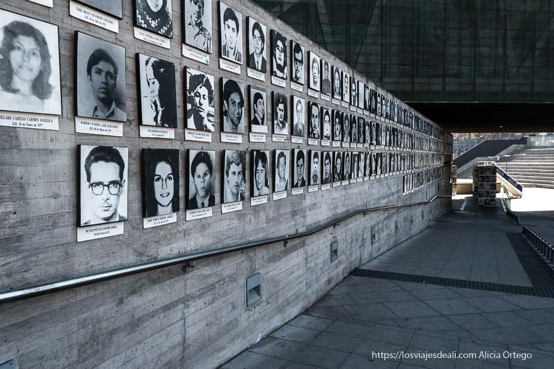 fotos de víctimas de la dictadura en el patio del museo de la memoria de santiago de chile