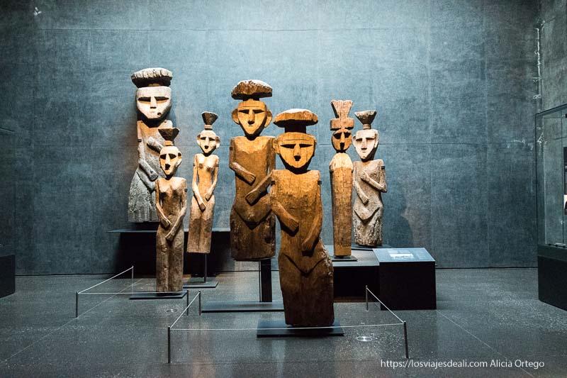 estatutas funerarias mapuche grandes y de madera con forma de hombre y mujer en museo de arte precolombino de santiago de chile