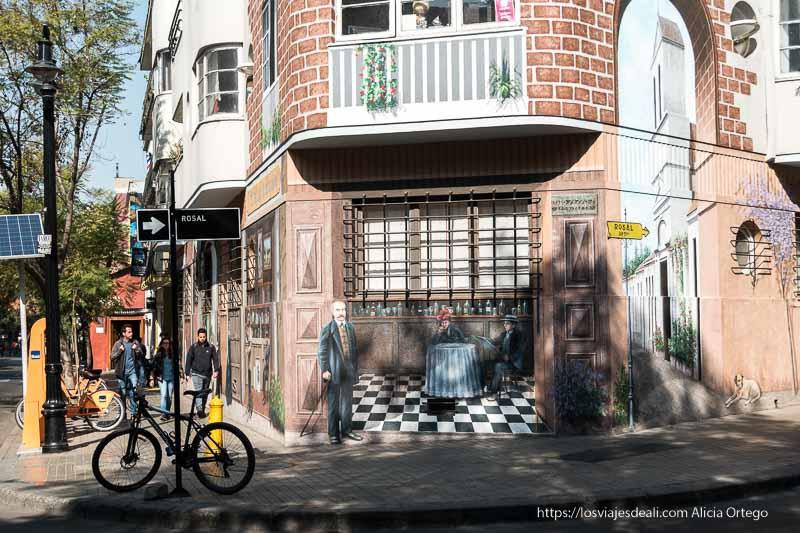 mural trampantojo que simula calle con personajes de principios del siglo xx en barrio lastarria de santiago de chile