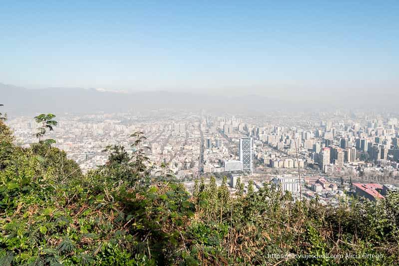 vistas de santiago de chile con nube de contaminación desde cerro san cristóbal
