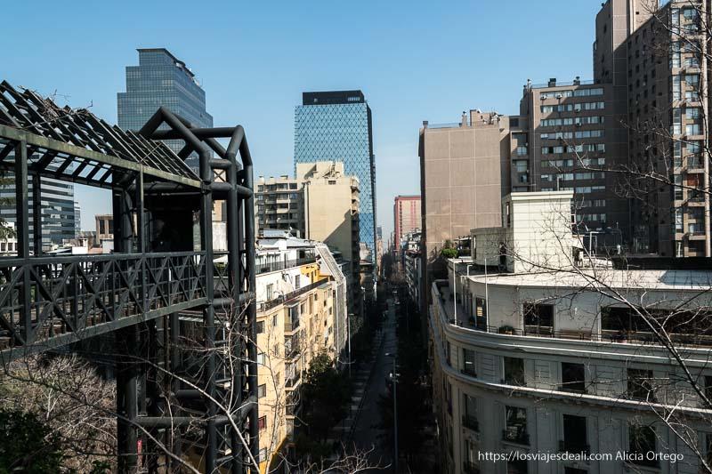 vistas de casas y rascacielos desde cerro santa lucía en santiago de chile