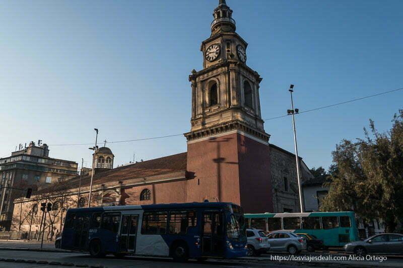 iglesia de san francisco con autobuses pasando por la alameda de santiago de chile