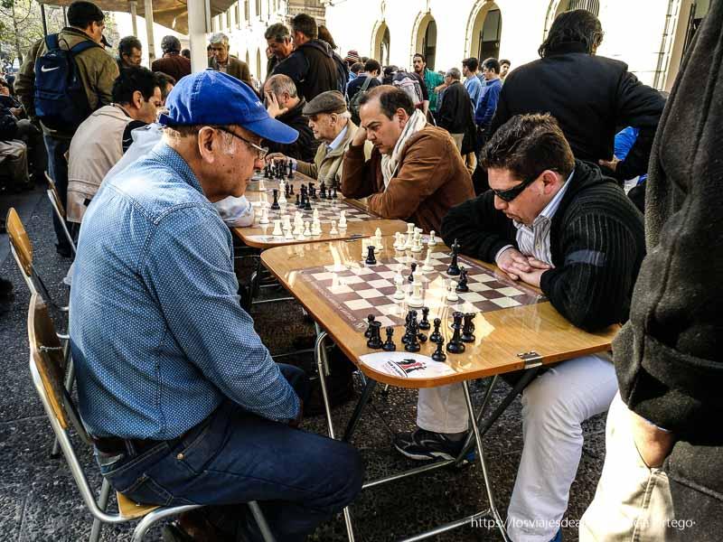 hombres jugando al ajedrez en la plaza de armas de santiago de chile