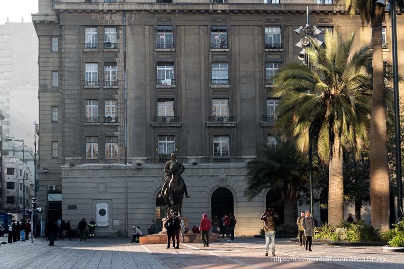 estatua ecuestre de pedro de valdivia con palmeras al lado en plaza de armas de santiago de chile