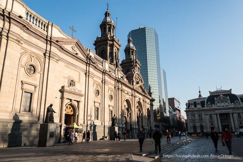 catedral de santiago de chile iluminada por el sol de la mañana