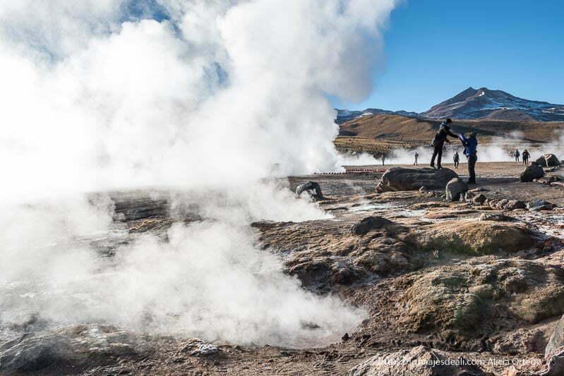 gente postureando entre las nubes de los geyseres del tatio en atacama