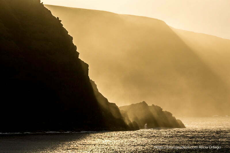 luz del sol contra los acantilados de isla de pascua en el amanecer primeras impresiones de chile