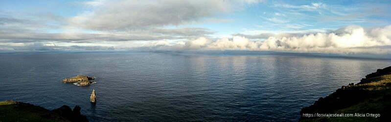 panorámica de la costa de isla de pascua con islote orongo y nubes escénicas