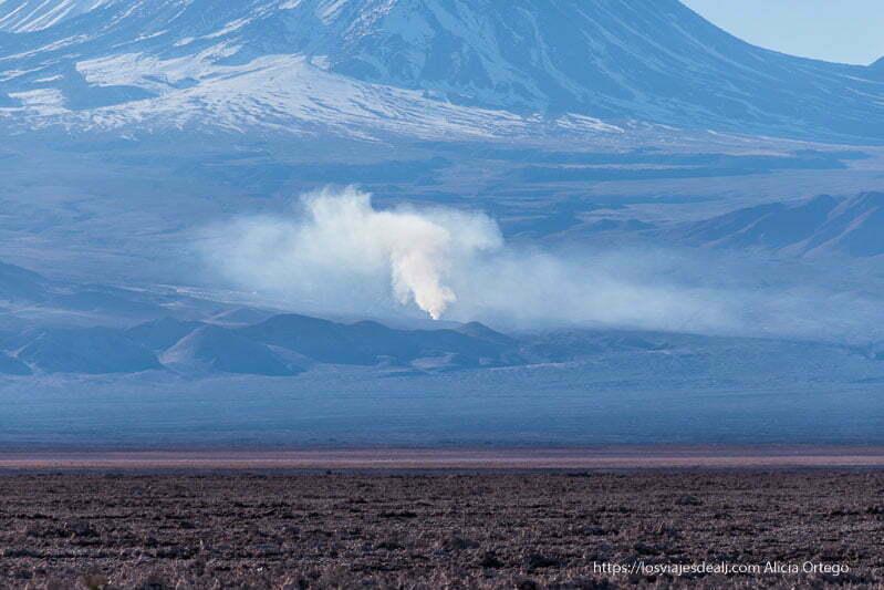 columna de humo en la base de un gran volcán cerca de san pedro primeras impresiones de chile