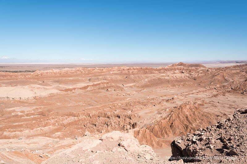 valle de la luna con formaciones de arena y sal de color naranja bajo cielo azul intenso viajar al desierto de atacama