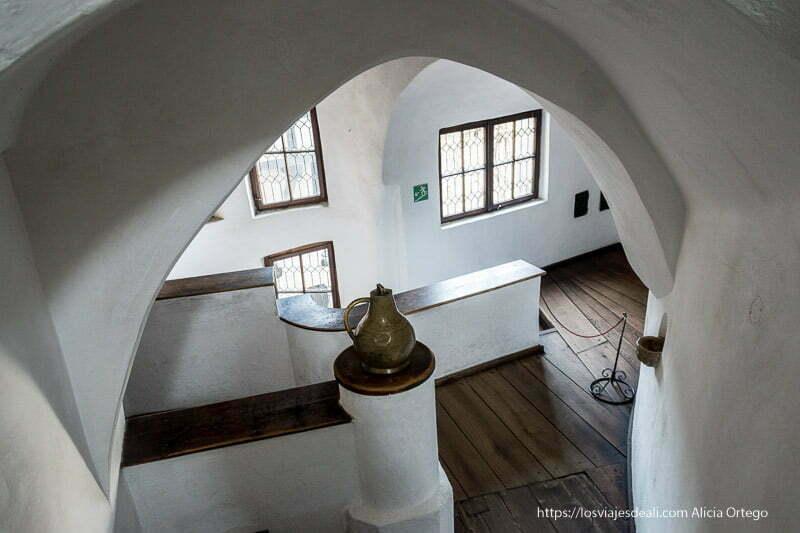 interior del castillo de bran con bóvedas y suelos de madera bran y rasnov