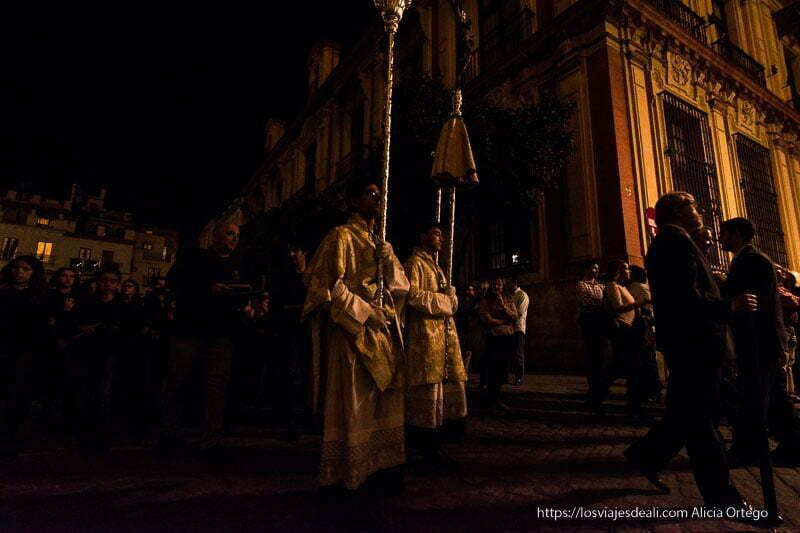 procesión junto a la catedral por la noche planes en sevilla