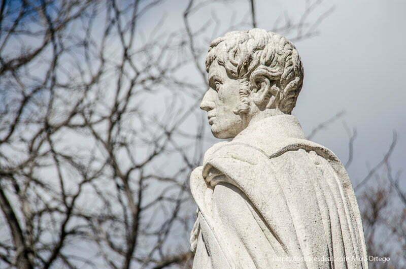 estatua de piedra blanca en el real Jardín Botánico de Madrid