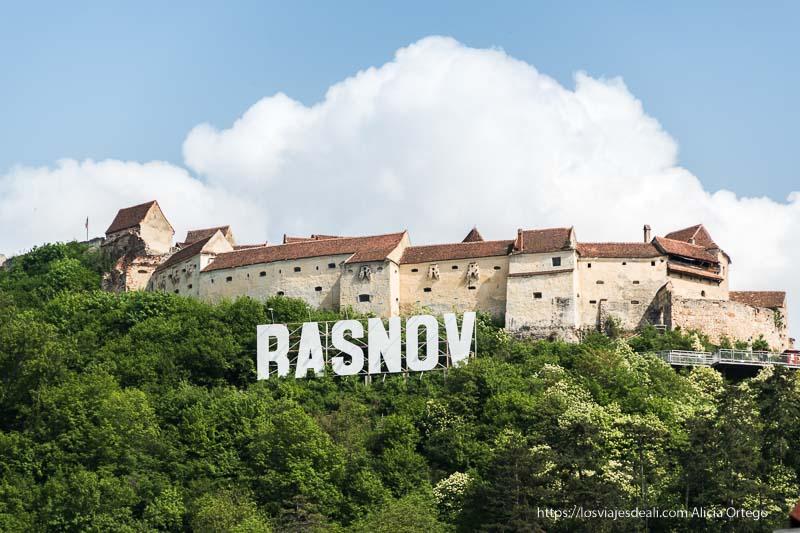 fortaleza de Rasnov con cartel como el de hollywood
