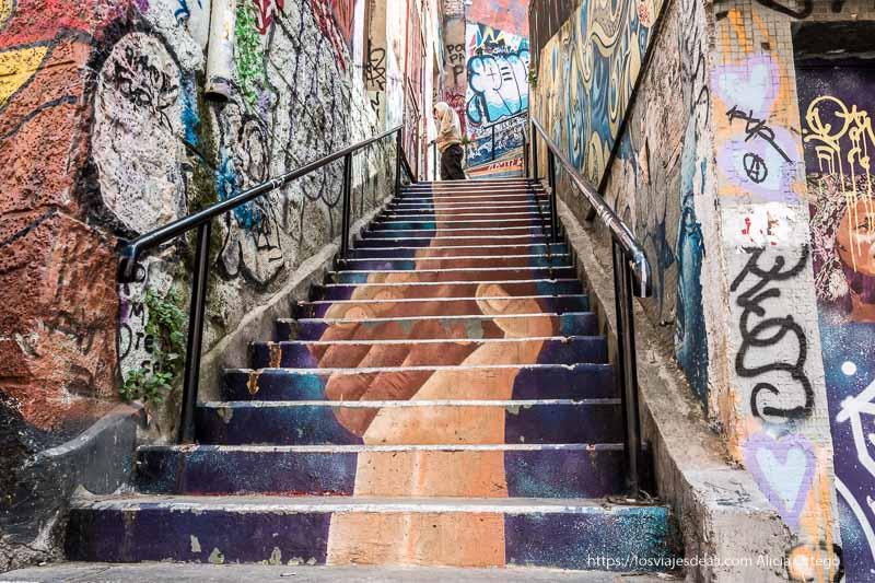 escaleras pintadas con dos manos de distinto color que se agarran Viña del mar y valparaíso