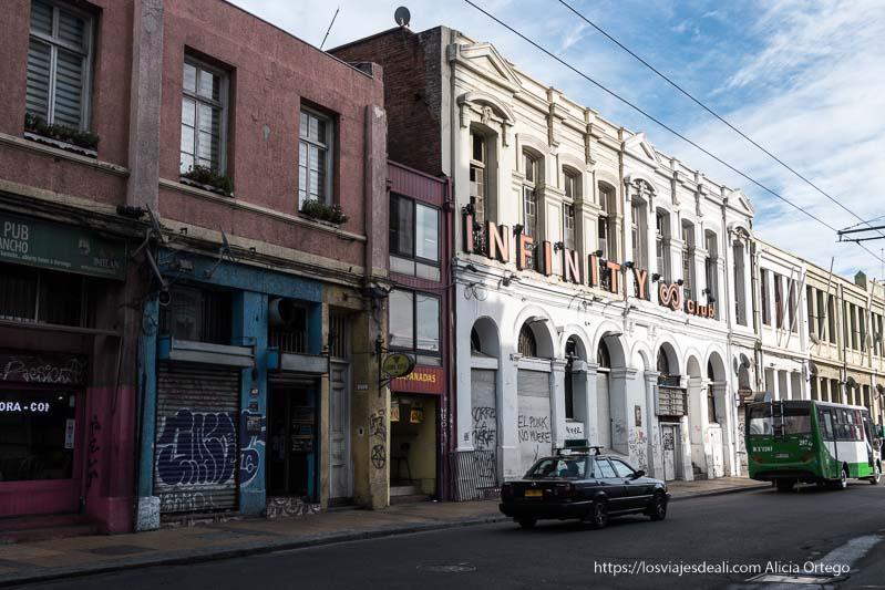 calle con edificios industriales Viña del mar y valparaíso