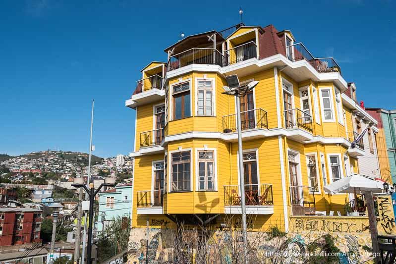 casa estilo alemán pintada de amarillo vivo Viña del mar y valparaíso