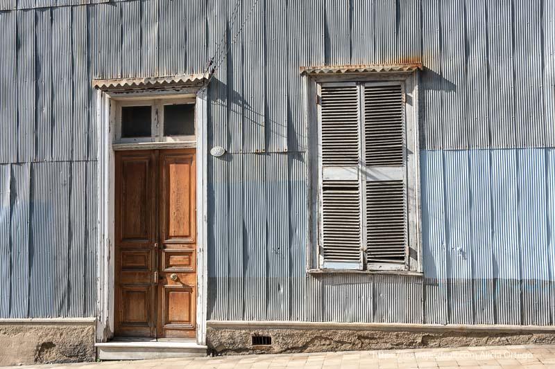 puerta y ventana en pared de chapas azules y grises Viña del mar y valparaíso