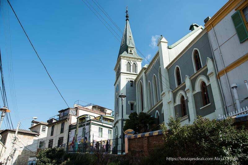 catedral luterana recortándose en cielo azul Viña del mar y valparaíso