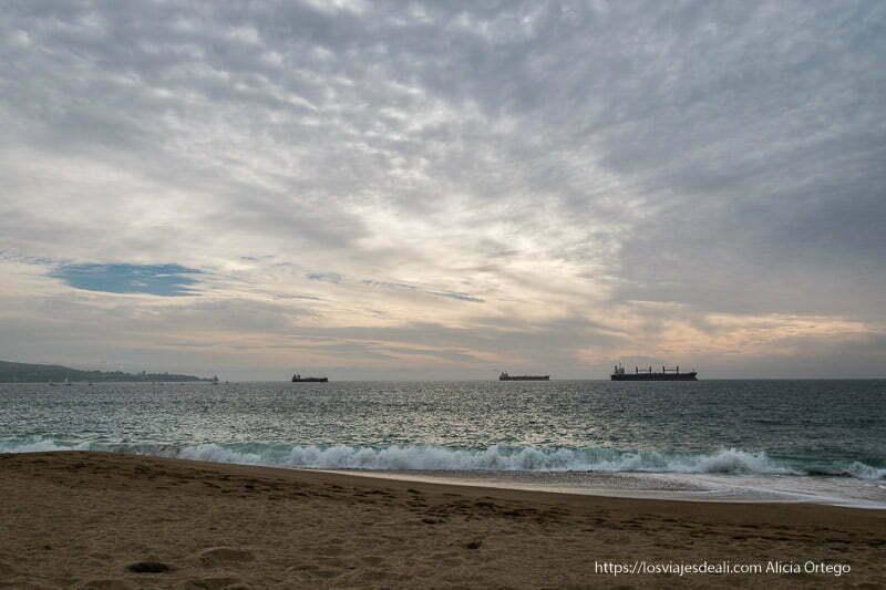 atardecer en el mar con cargueros en el horizonte Viña del mar y valparaíso